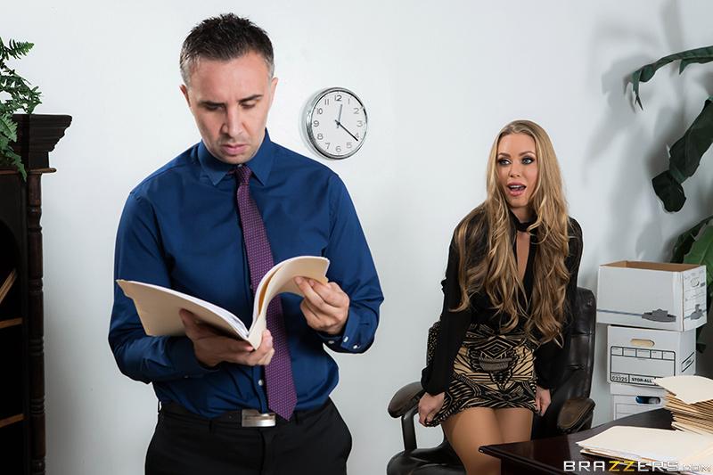 Секретарша мастурбирует в кабинете шефа
