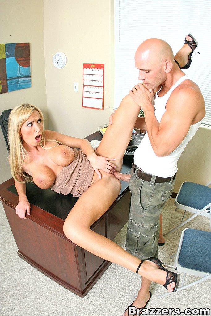 Лысый мужик трахнул возбужденную блондинку Эротика и порно фото