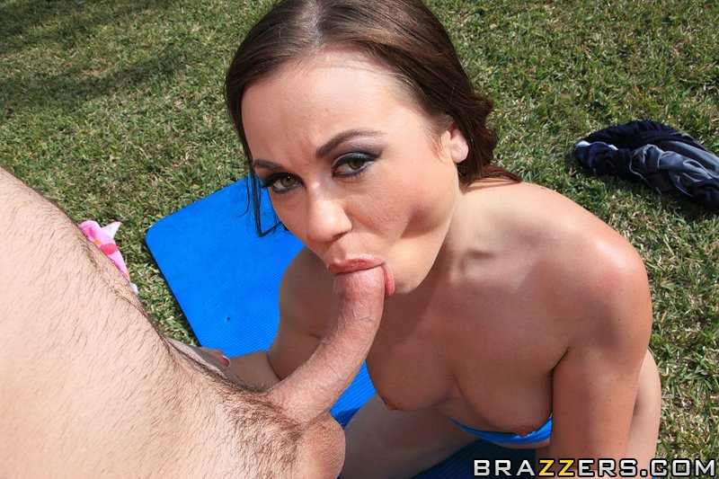 Подростки развлекаются анальным сексом на лужайке