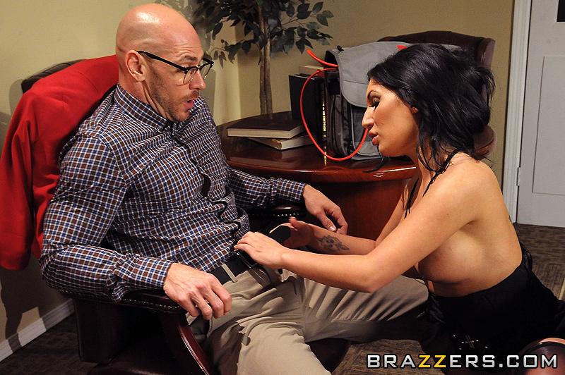 Сексуальная секретарша голопой позирует перед шефом