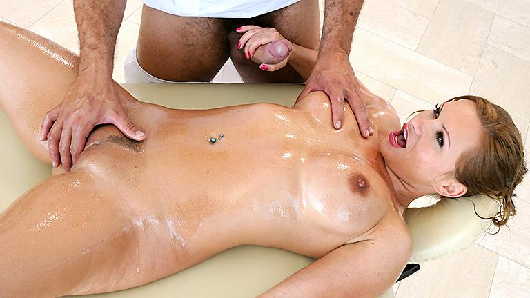 intimniy-massazh-s-bolshimi-siskami