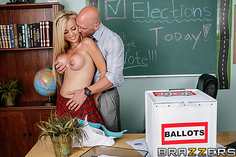 ver fotos de sherlyn desnuda en version porno