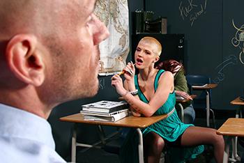 Alumna seduciendo y follandose a su profesor
