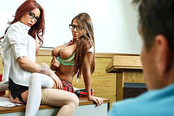 Trio sexual con dos tetonas en clase