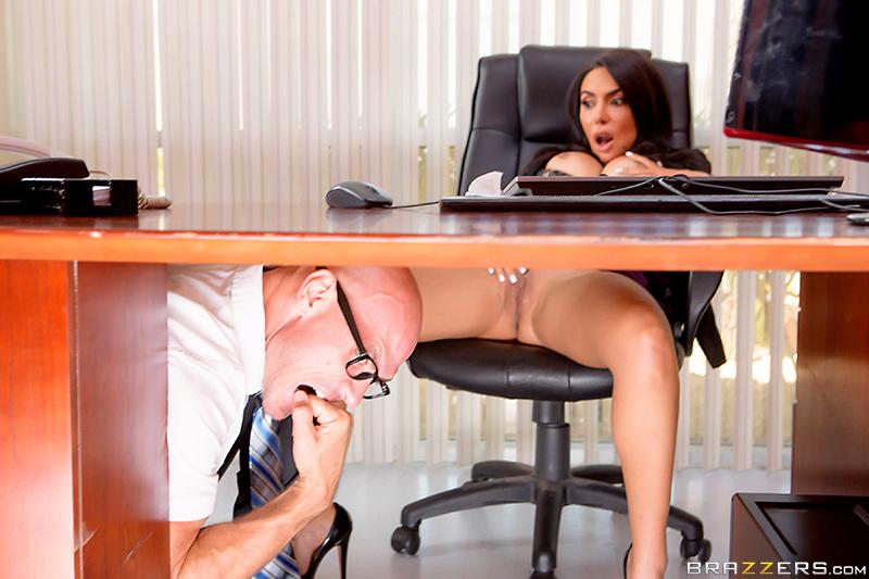 на секретарша ласкает столе себя