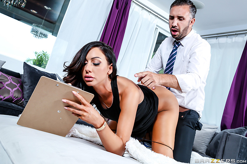 Красивым домохозяйкам скучно дома без секса