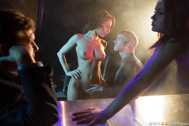 Поклонник дарит стриптизерши анальный секс