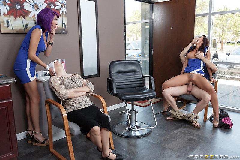 Сиськастая парикмахерша трахается с клиентами