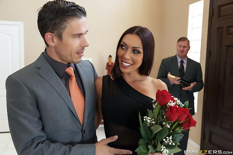 Парень по вызову трахает на глазах у мужа его жену