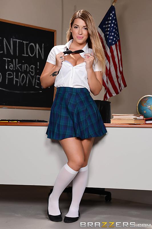 Селфи школьницы обернулось в лесбийский секс с учительницей