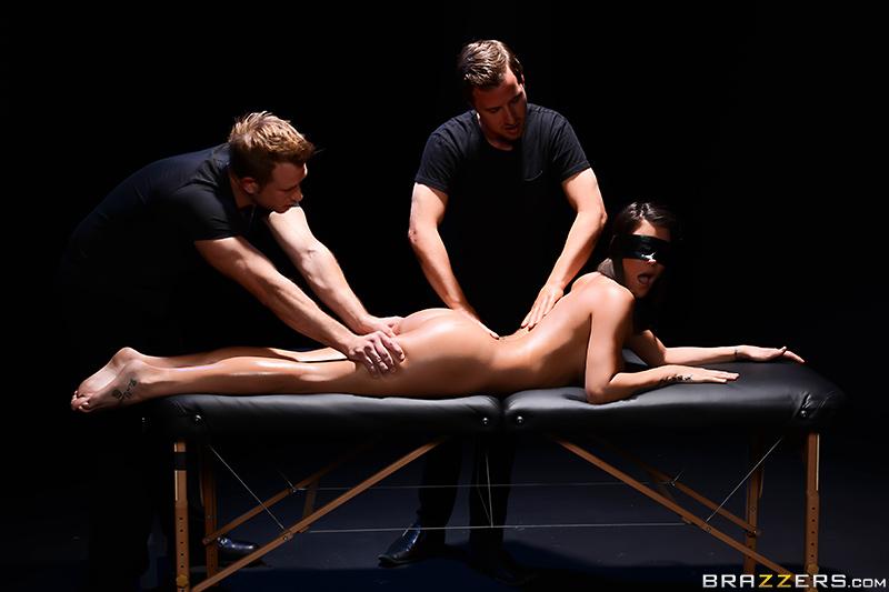 Удовлетворить сексуальные потребности с двумя парнями