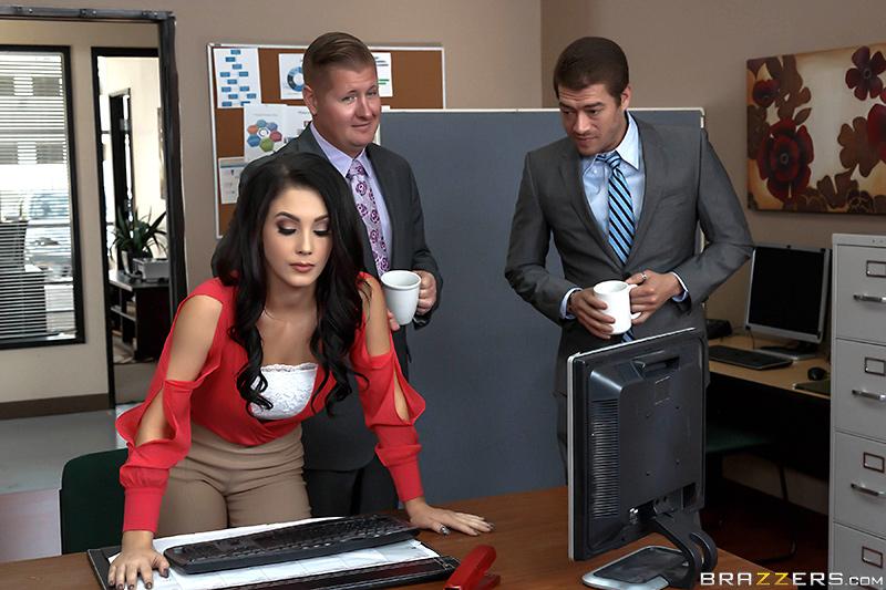 Шеф трахает в сиськи свою секретаршу