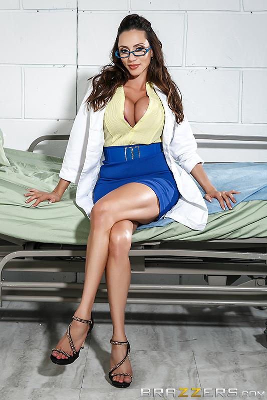 Грудастая врачиха любит свою работу и секс